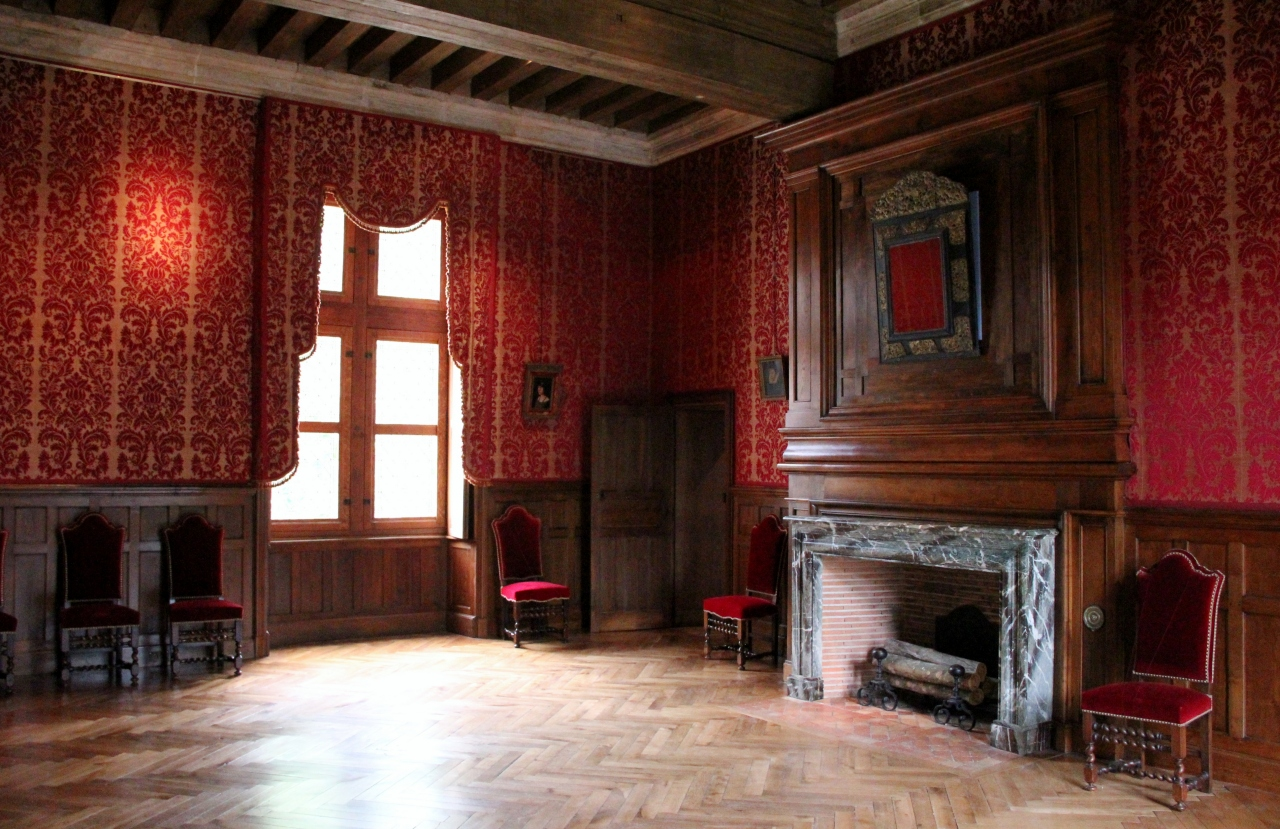 http://upload.wikimedia.org/wikipedia/commons/9/91/Ch%C3%A2teau_d%27Azay-le-Rideau_-_salle_int%C3%A9rieure.jpg