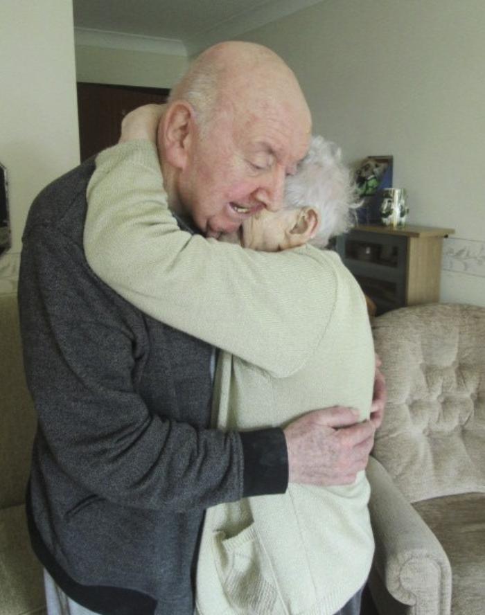 98-letnyaya-mama-priglyadyvaet-za-svoim-80-letnim-synom-potomu-chto-mama-vsegda-ostaetsya-mamoj_004