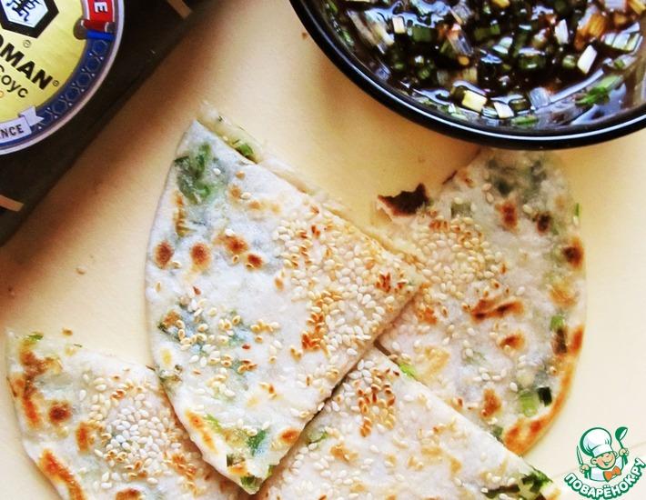 Рецепт: Луковые лепешки с острым соусом