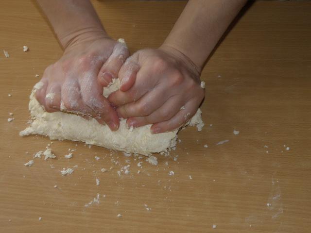 Тесто достаточно крутое. пошаговое фото приготовления творожного печенья