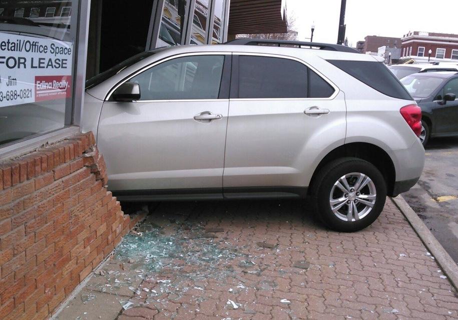 Пытаясь сдать на права, девушка протаранила здание, где сдают на права