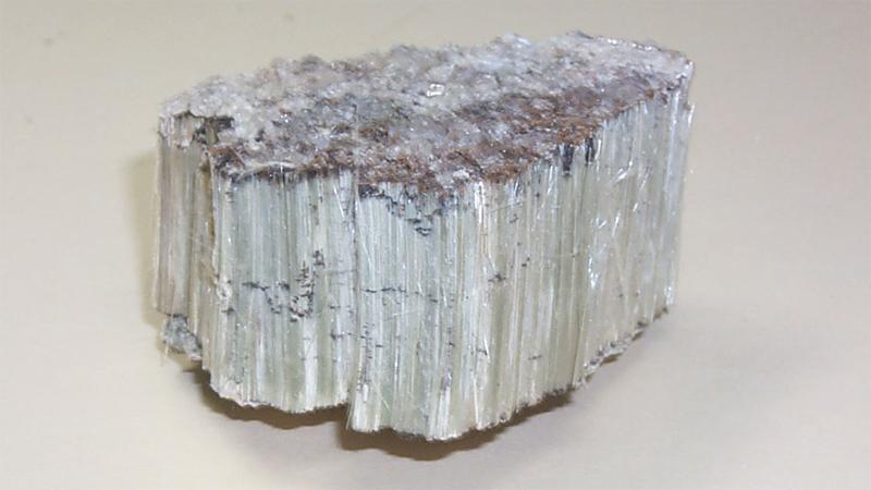 Что это такое Асбест — это общее название для целой группы тонковолокнистых минералов. Впервые его обнаружили в крупнейшем месторождении, расположенном в Канаде. Наиболее опасными считаются амозит и крокидолит, поскольку их волокна способны оставаться в человеческих легких максимальное количество времени.