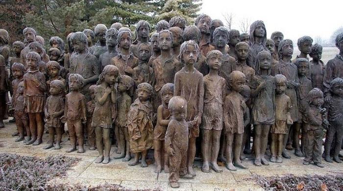 Немцы полностью стерли с лица земли этот поселок. Теперь на месте преступления стоит монумент…