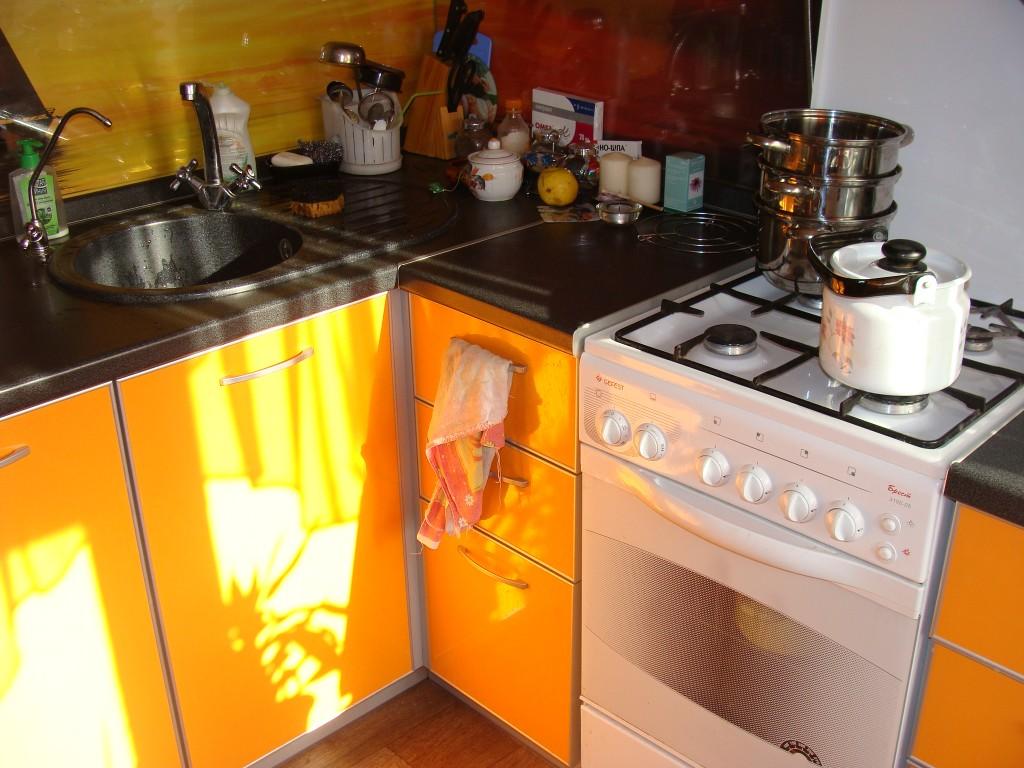 Маленькая кухня дизайн 4 кв м с холодильником и газовой колонкой