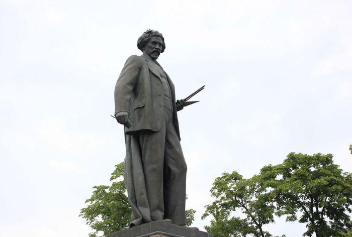 Памятник Илье Репину в Москве.