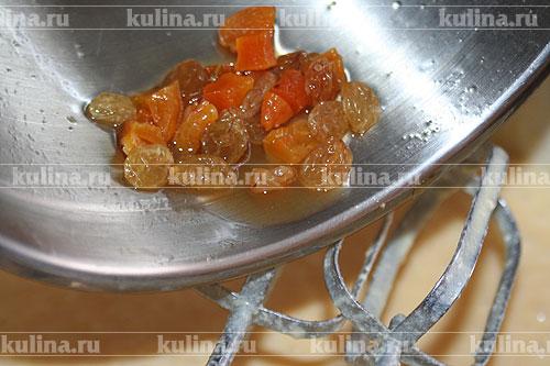 С цукатов и изюма слить жидкость и добавить в тесто.