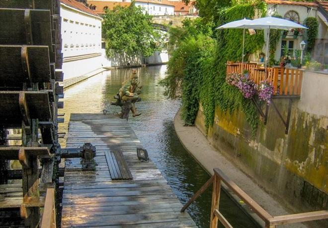 Необычные памятники Праги. Водяной Кабурек на острове Кампа