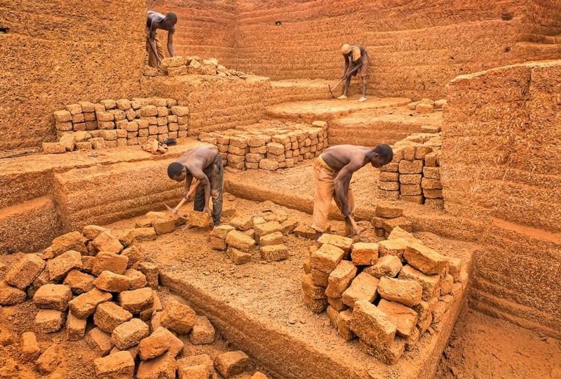 Кирпичный карьер в африканской деревне
