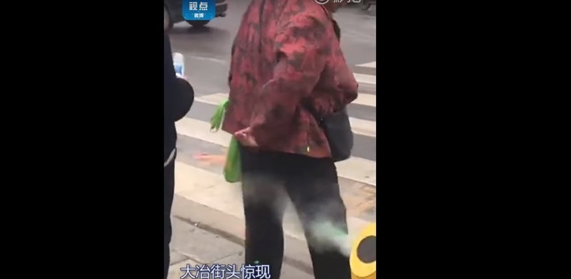 Китайцев на дорогах поливают водой за нарушения