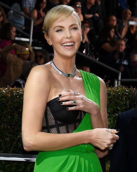 Как носить открытое платье и декольте, если вам 50+: нестареющая Шарлиз Терон на «Золотом глобусе 2020»