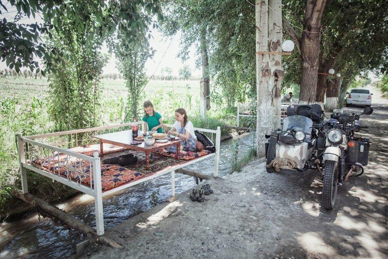 Завтрак на обочине, Таджикистан монголия, мотоцикл, мотоцикл с коляской, мотоцикл урал, путешественники, путешествие, средняя азия, туризм