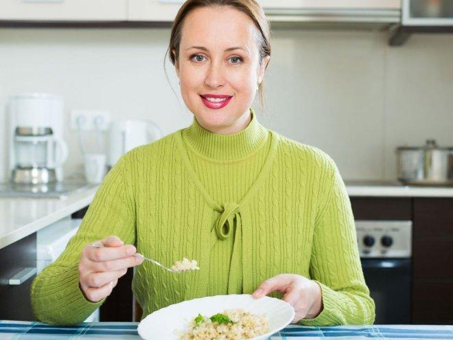 женщина ест рис
