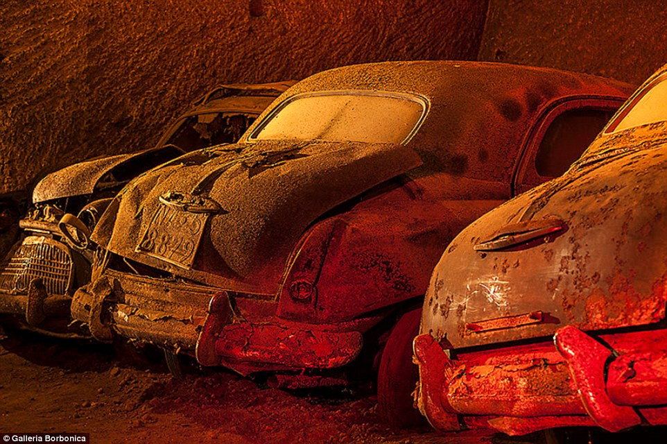 Склад винтажных автомобилей в заброшенных туннелях под Неаполем