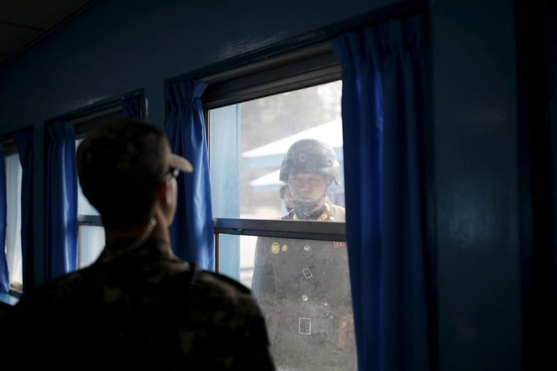 7. Северный (правый) и южнокорейские солдаты. (Фото Kim Hong-Ji | Reuters): Тоталитаризм, гранциа, китай, севераня корея