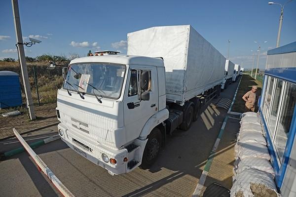 Страшный путь гуманитарного конвоя: грузовики прорвались в Луганск под грохот взрывов