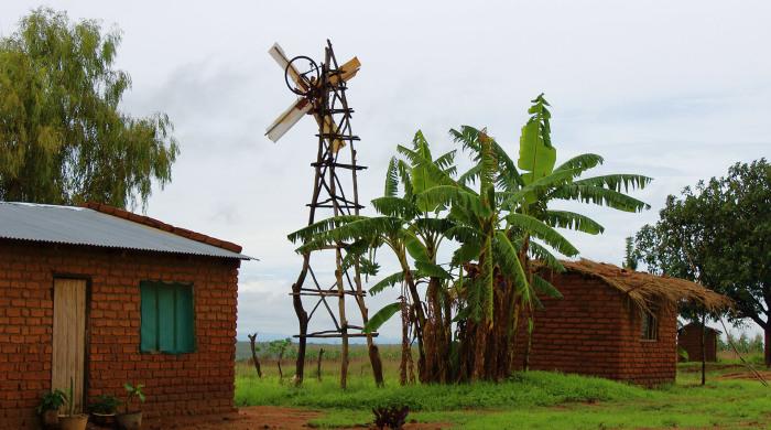 Ветряная мельница, построенная из мусора.