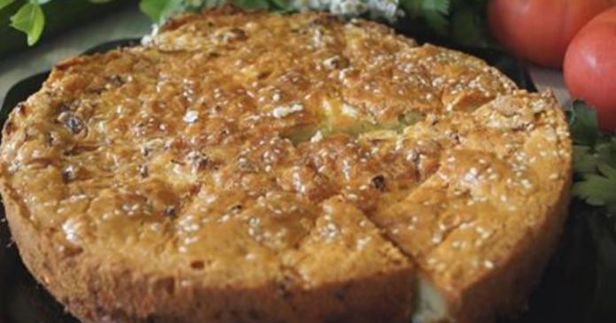 Пирог на сметане со свежей капустой получается очень вкусный — каждый кусочек тает во рту