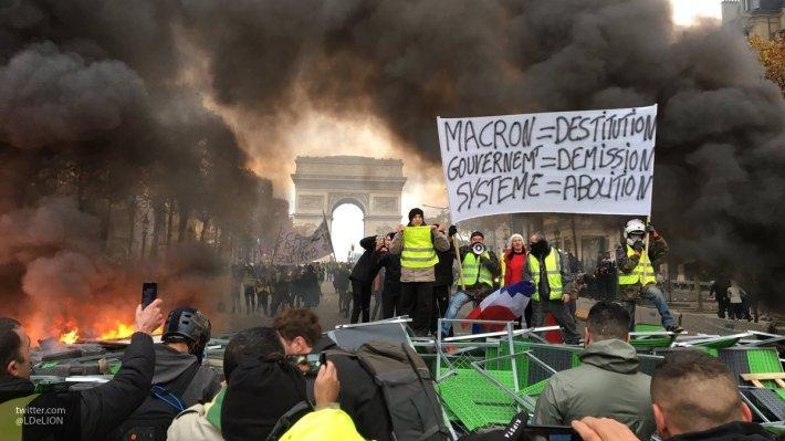 «Позор тем, кто атаковал полицию»: итоги топливных протестов во Франции – отставки Макрона не будет