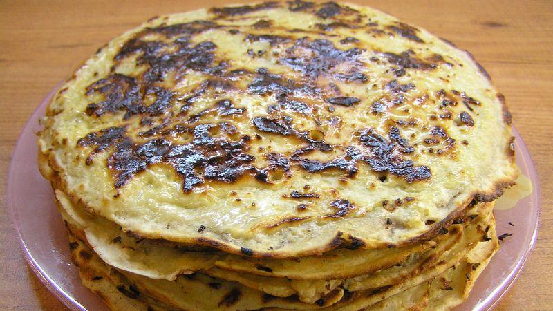 Сырные блины с луковым припёком - Видеорецепт