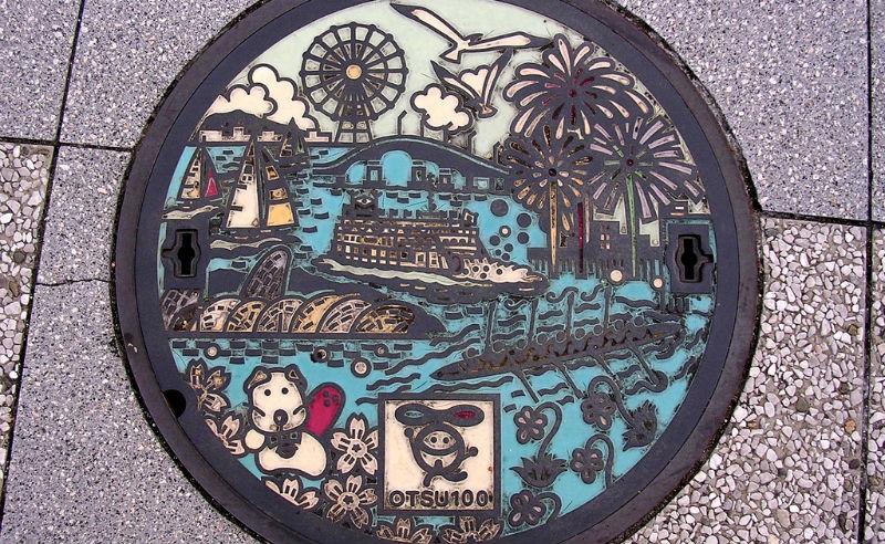 Необычный уличный арт: канализационные люки из Японии