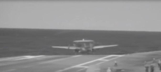 Вновь неудача! Американский самолет сорвался с авианосца