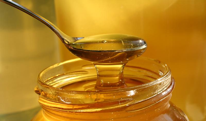 Сердечные заболевания Флавоноиды и антиоксиданты, содержащиеся в меде, помогают предотвратить риск возникновения сердечно-сосудистых заболеваний. Исследования показали, что мед замедляет процесс окисления холестерина в крови человека, что препятствует именно тому процессу, который может привести к инсульту.