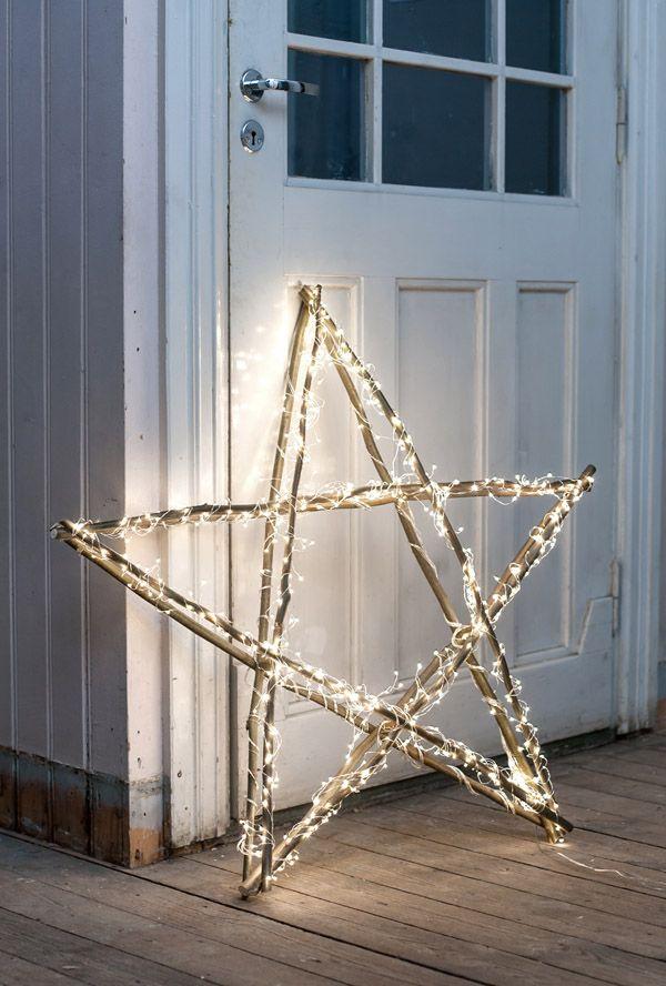 Все гениальное просто - деревянная звезда, обвитая яркими лампочками, будет выглядеть ярко и эффектно