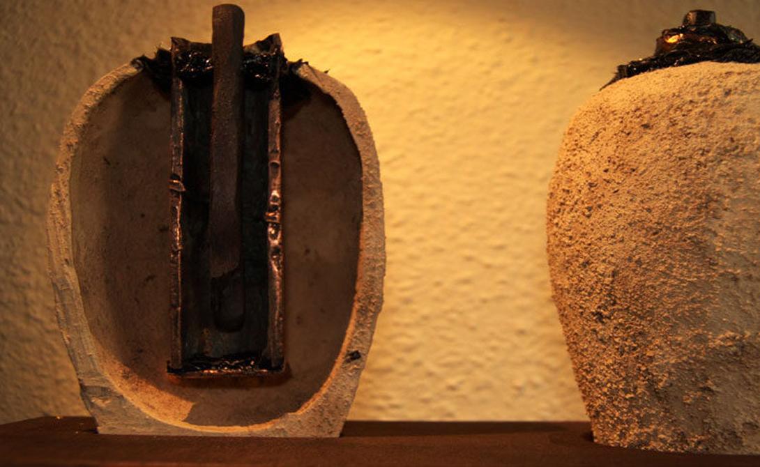 Багдадская батарея По поводу этого открытия споры не утихают уже много лет. Предположительно, предмет и в самом деле мог представлять собой примитивный накопитель энергии, но как поверить, что на такое оказался способен изобретатель, живший две тысячи лет назад? Сейчас археологи склоняются к мысли, что в «батарее» всего лишь хранили свитки, однако прямых тому доказательств пока нет.