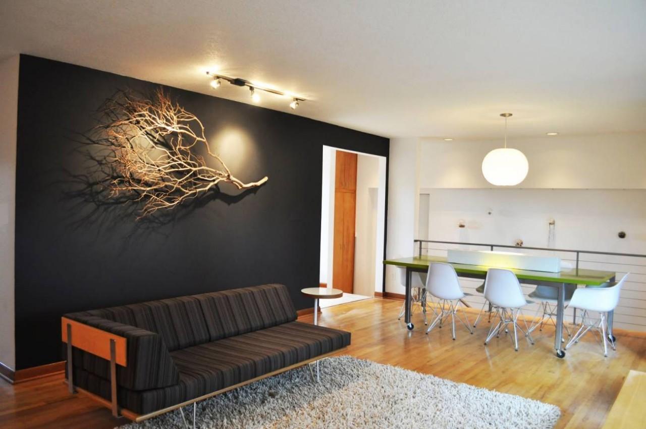 Декор стены веткой дерева