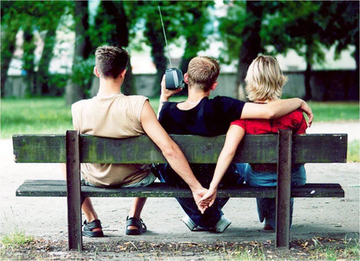 Женщина изменяет мужику с двумя его друзьями
