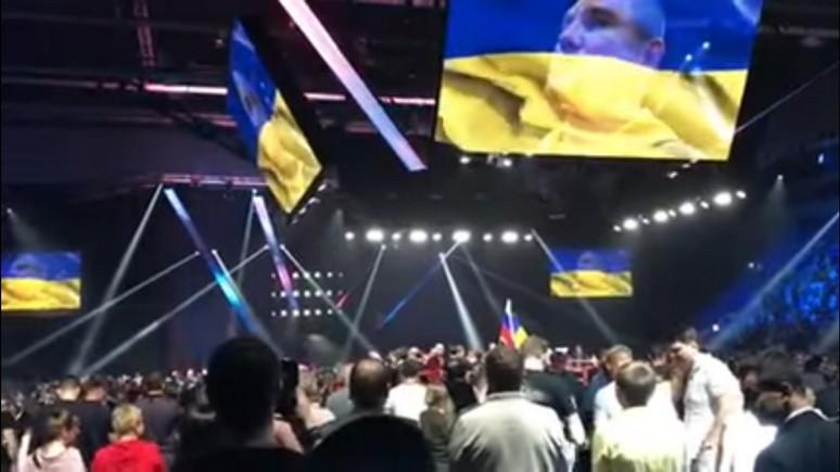 Апостроф: в интернете удивились, что москвичи встали во время исполнения гимна Украины