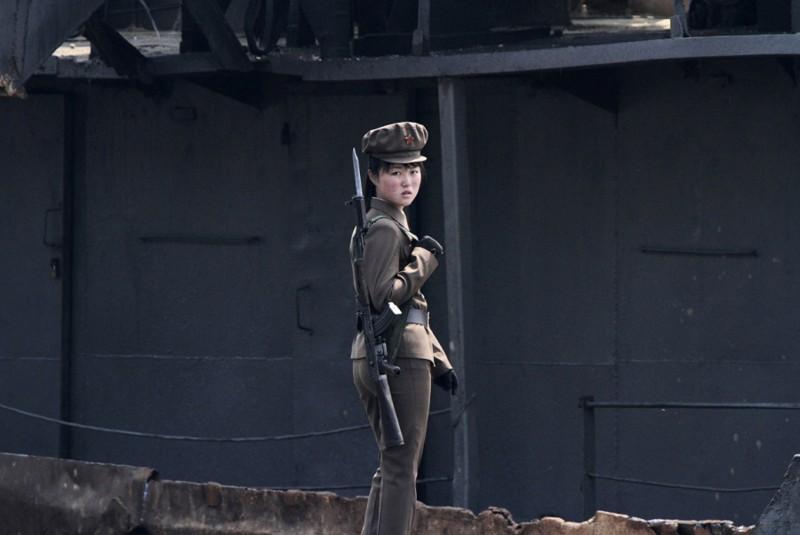 2. Пограничница, 1 мая 2014 . (Фото Jacky Chen | Reuters): Тоталитаризм, гранциа, китай, севераня корея