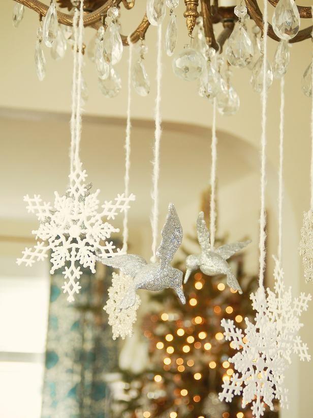 Снежинки из всевозможных материалов и в разных местах дома - это залог праздничной атмосферы