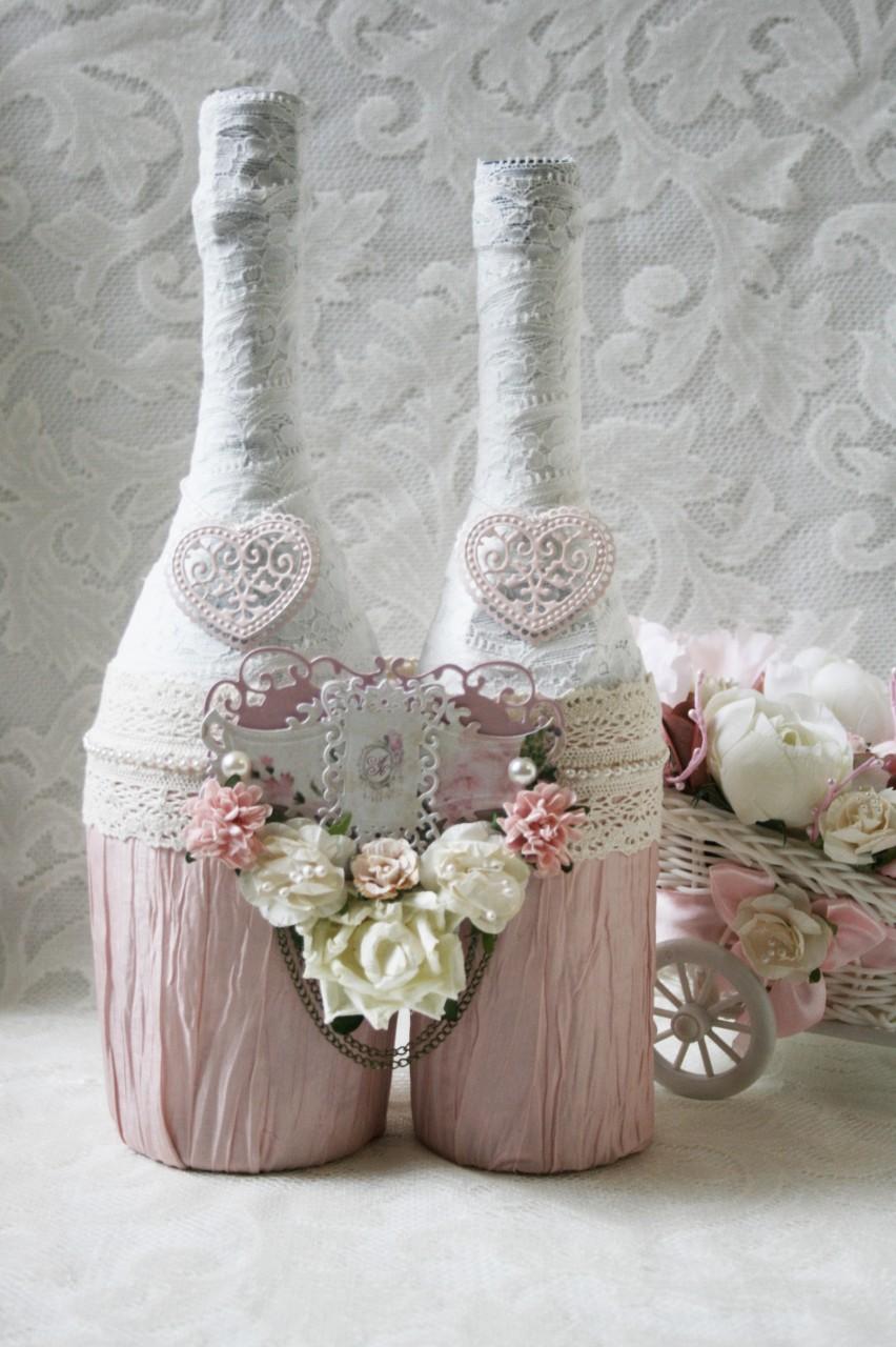 Бело-розовые декорированные бутылки на свадьбу