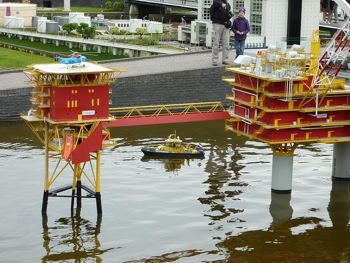 Нефтяные буровые установки в миниатюре. Парк Мадюродам. Фото