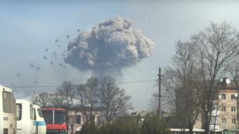 С горящих складов на Украине взлетают зенитные ракеты (видео)