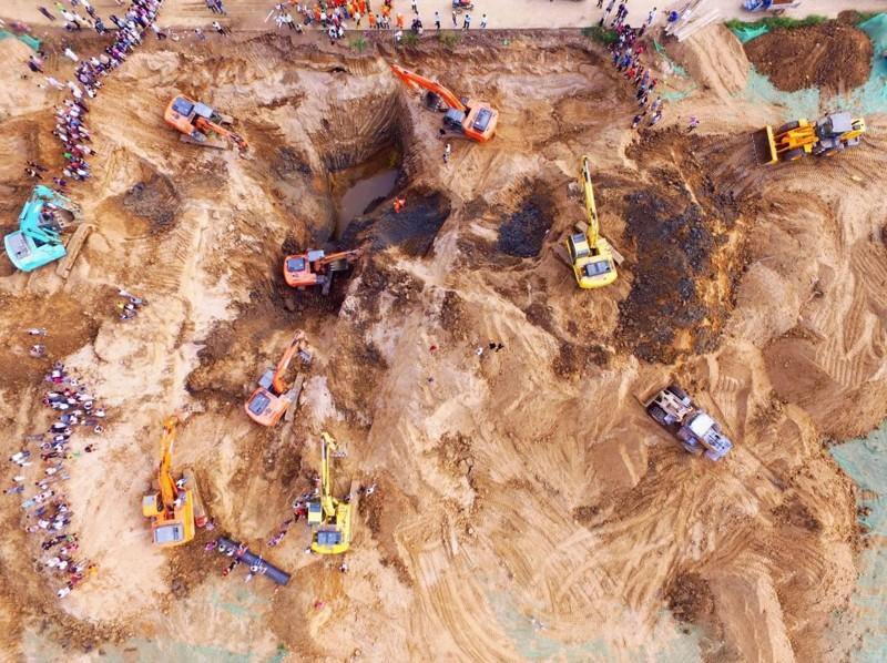 В Китае 10 экскаватаров спасали младенца, провалившегося в 50-метровую скважину
