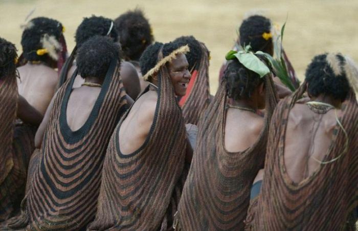 Традиционный женский наряд - юбки из листьев дикой орхидеи и конструкция из ткани для мешков, закрепляемая на голове.