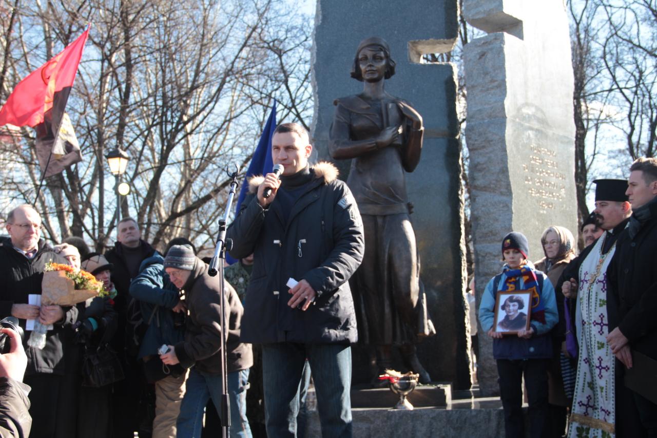 Кличко на месте гибели евреев в Бабьем Яру открыл памятник националистке Телиге за 8 млн гривен