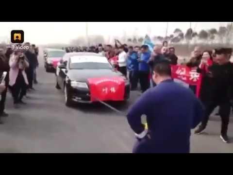 Китаец отбуксировал 7 cеданов Audi своими гениталиями