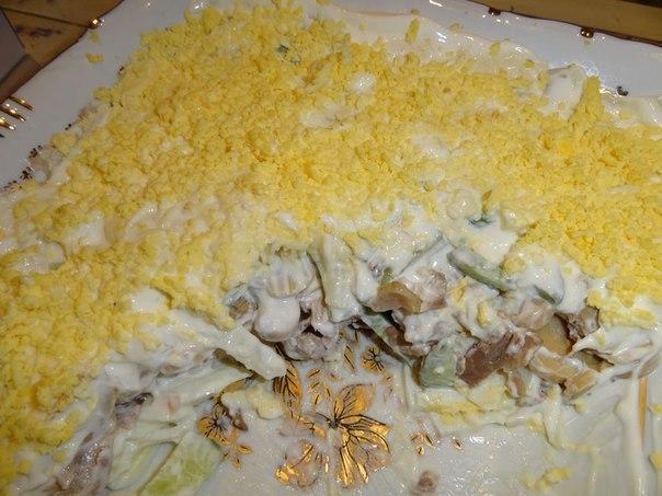 Очень вкусный салат из куриного филе, свежих огурцов и консервированных шампиньонов