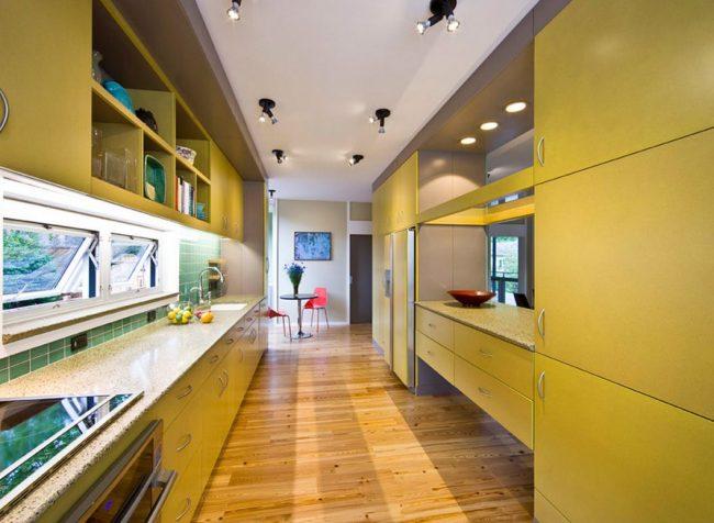 Кухня в коридоре зачастую имеет продолговатую форму