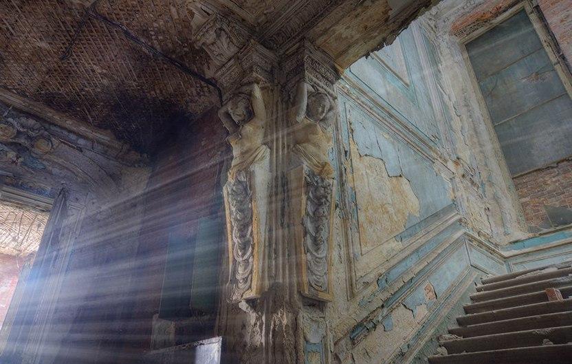 Заброшенный дворец на террит…