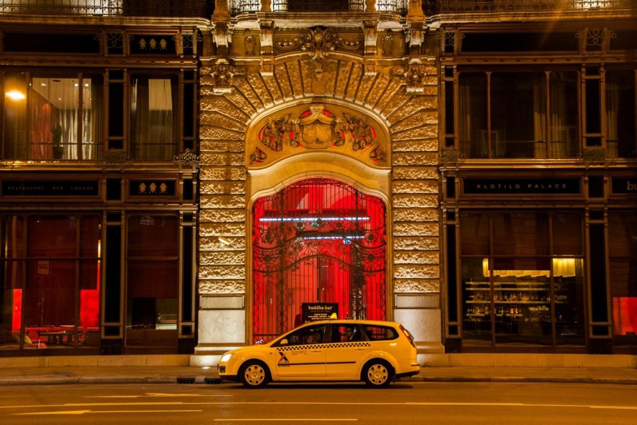 Ночная улица в Будапеште. Архитектура