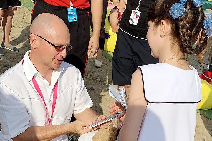 Восьмилетняя девочка растрогала Сергея Кириенко до слез