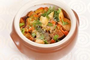 Картофель в горшочках с овощами