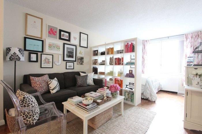 Маленькая квартира с множеством декора.