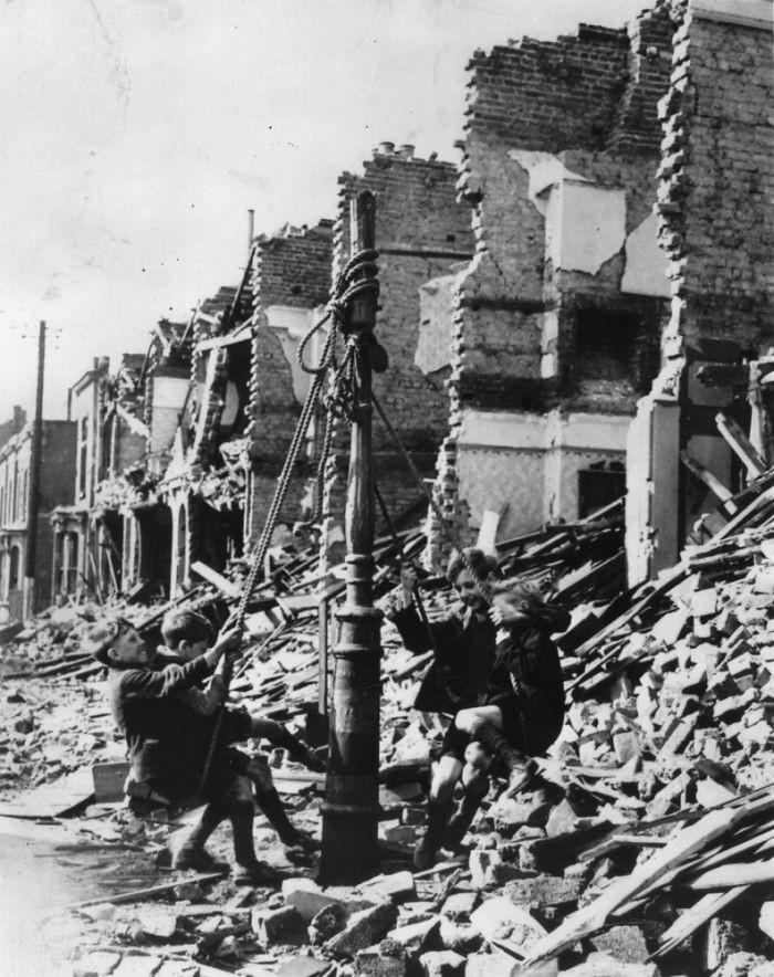 47. Самодельные качели после бомбардировки в Лондоне, 1940 год детство, прошлое, фотография