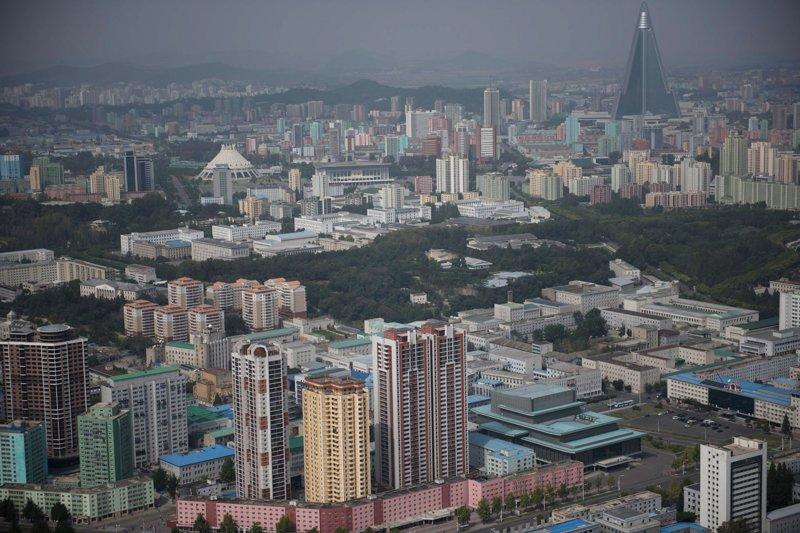 Вид на город. На заднем плане возвышается 330-метровая пхеньянская гостиница Рюгён — амбициозный проект, начатый во второй половине 1980-х годов и приостановленный в 1993-м из-за экономических проблем страны Арам Пан, Пхеньян, видео, красота, редкие кадры, с высоты, фотограф