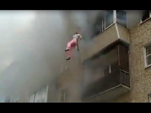 Родители выбросили своих детей из окна, спасая их из огненной ловушки